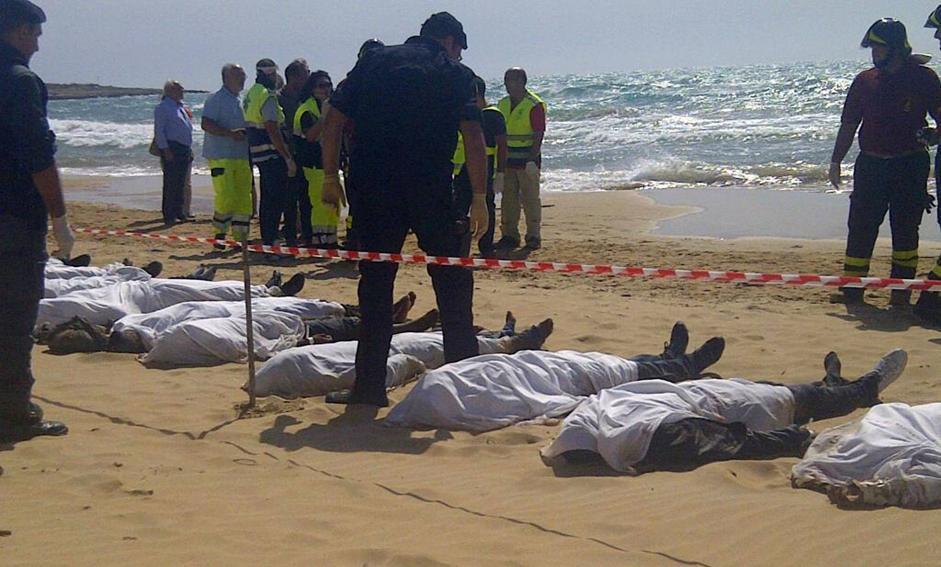 I corpi dei migranti morti nel nafragio del barcone a Scicli, 30 settembre 2013. ANSA